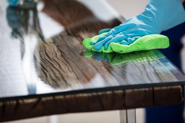 hausmeister reinigung mit handtuch