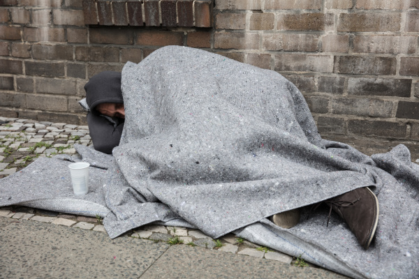 obdachloser schlaf auf der strasse