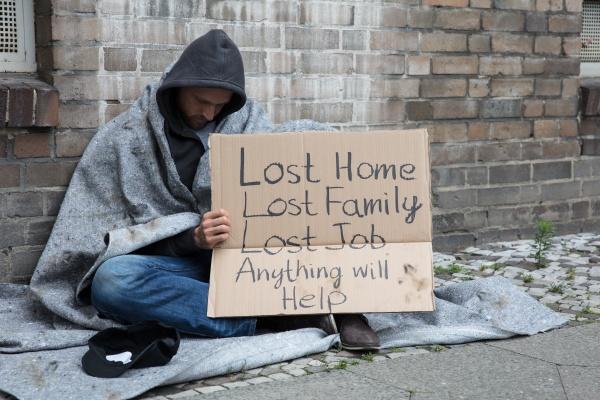 obdachloser fragt hilfe auf der strasse