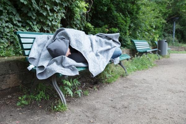 obdachloser auf bank schlafen