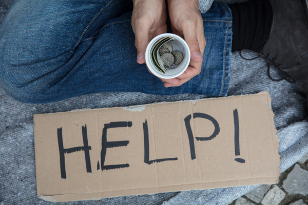 obdachloser bittet um hilfe