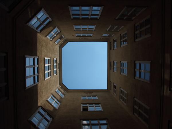 urban backyard mit windows und blue
