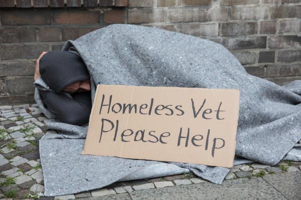 maennliche obdachlose die auf einer strasse