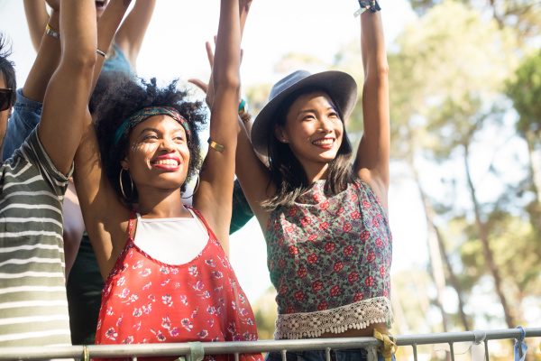 glueckliche frauen beim musikfestival