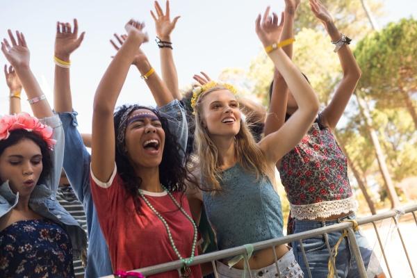 nette weibliche fans die am musikfestival