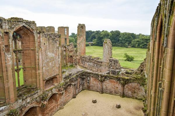aussenansicht der ruinen des mittelalterlichen bergdorfes
