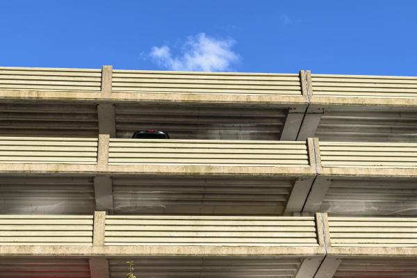 die betonfassade eines mehrstoeckigen gebaeudes ein