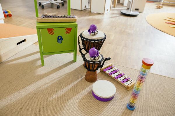musikinstrumente im kindergarten aufgereiht