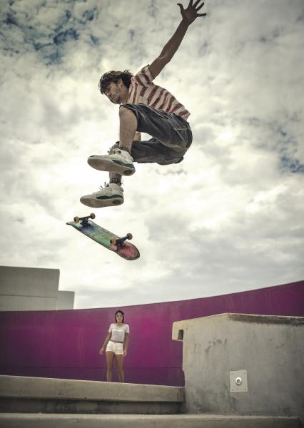 eine flache winkelansicht eines skateboarders der