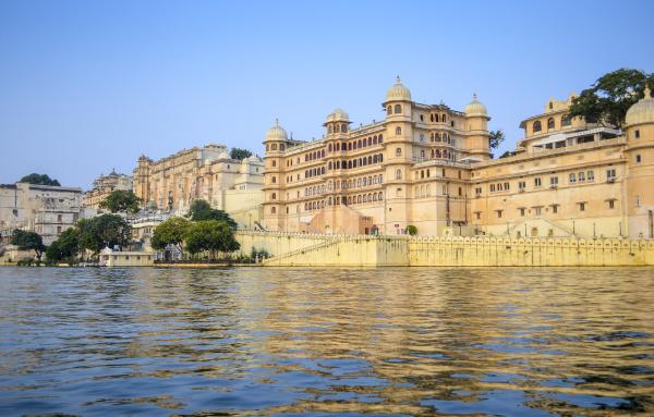 aussenansicht des stadtpalastes von udaipur erbaut