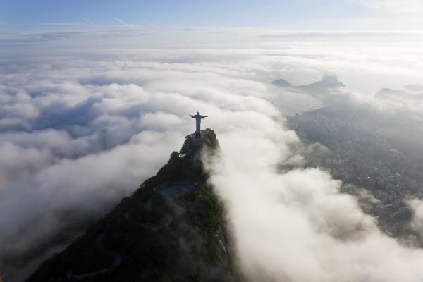 hochwinkelansicht der kolossalen christus erloeser statue