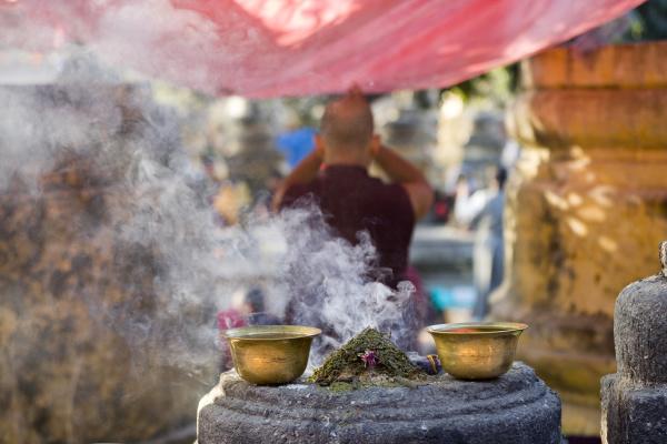 rueckansicht des betenden buddhistischen moenchs messing