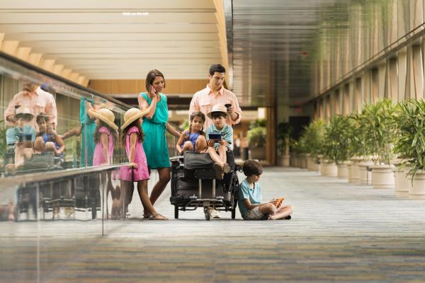 familie die im flughafen unter verwendung