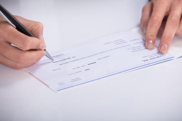 zahlen bezahlen hand bezahlung scheck gehalt