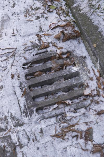 bordstein und gulli im winter