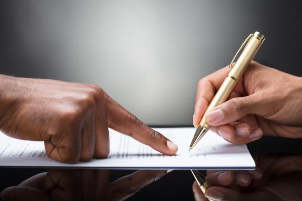 person die auf dokument unterzeichnet