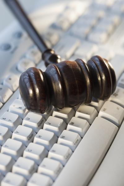 hammer des richters auf computertastatur