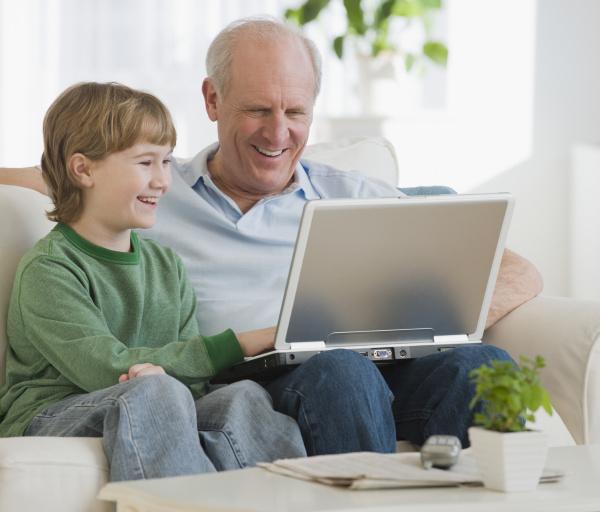 grossvater und enkel die laptop betrachten