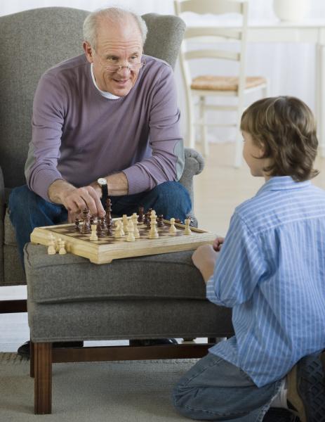 grossvater und enkel die schach spielen