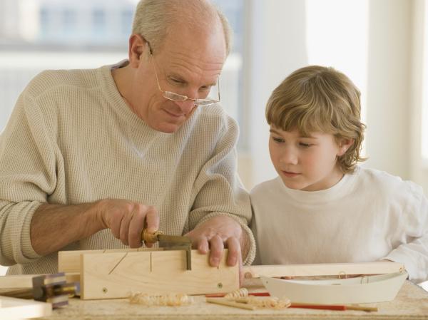 grossvater und enkel holzbearbeitung