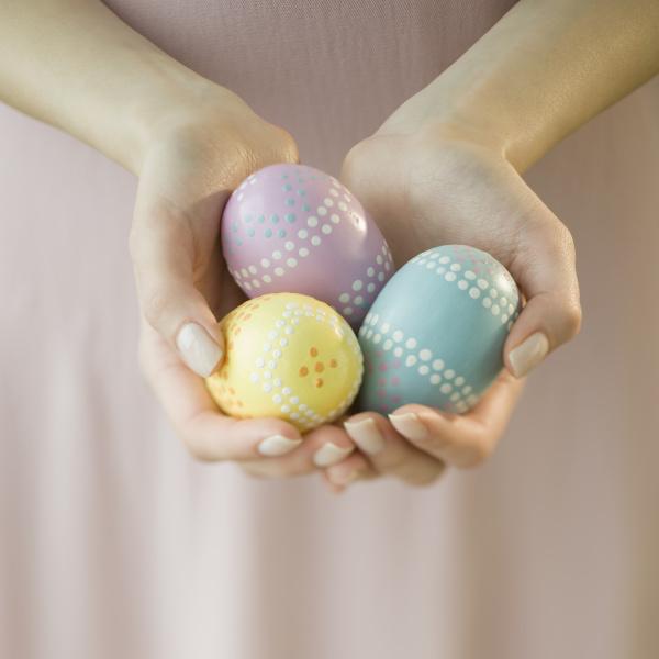 frau die verzierte eier haelt