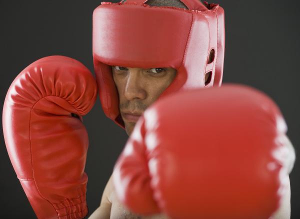abschluss oben des hispanischen maennlichen boxers