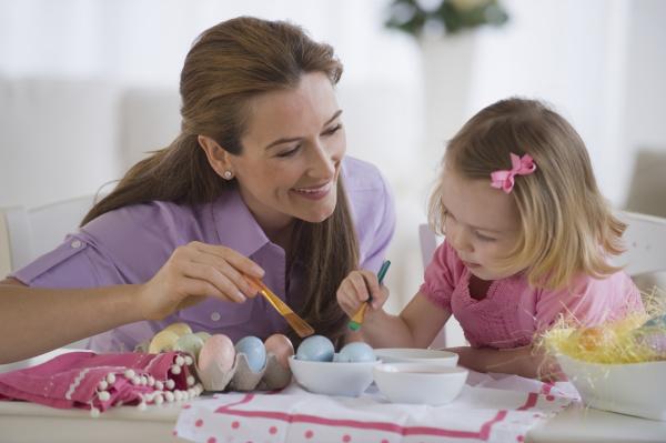 mutter und tochter die eier verzieren