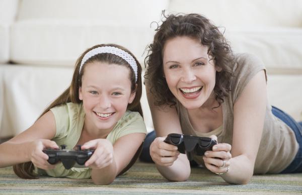 mutter und tochter die videospiele spielen