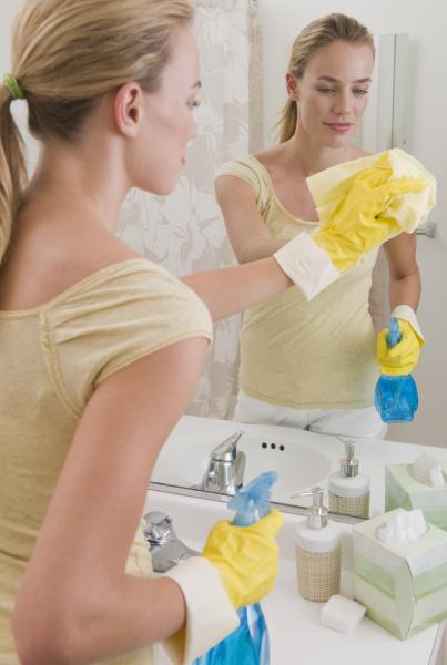 frauenreinigungsspiegel im badezimmer