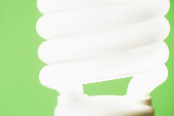 studioaufnahme von energieeffizienter gluehbirne