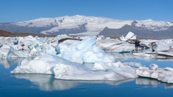 blick auf eisberge in der gletscherlagune