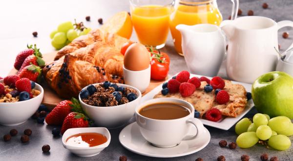 fruehstueck mit kaffee saft croissants und