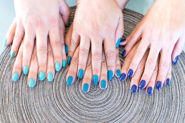 frau frauen hand nagellack franzoesisch fingern