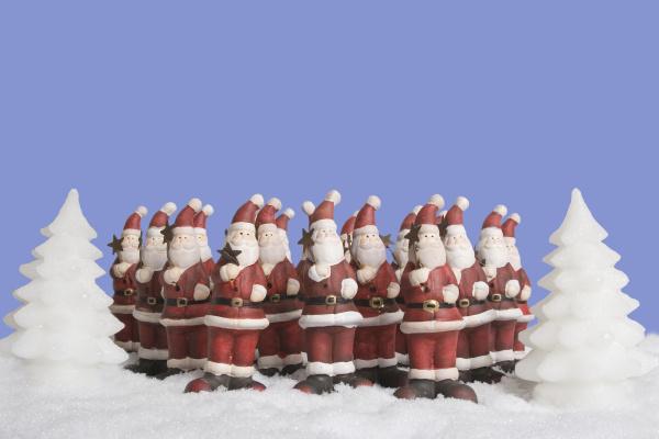 weihnachtsmanner singen im chor