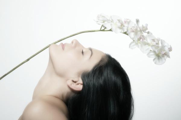 junge frau mit einer orchidee