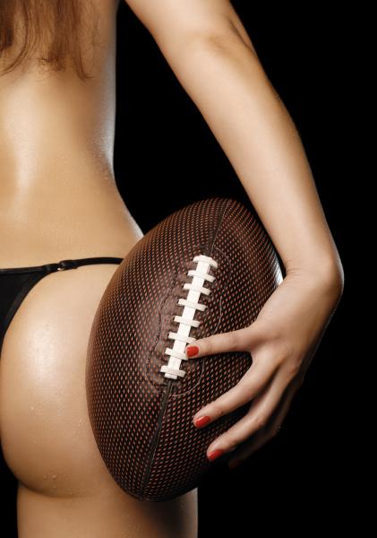 sexy junge frau mit einem football