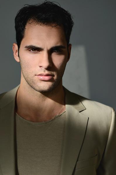 junger mann im sonnenlicht portrait