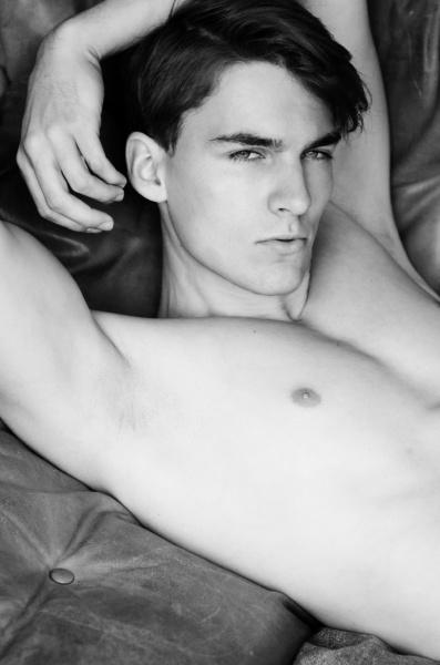 schwarzweissportrait eines jungen mannes mit nacktem