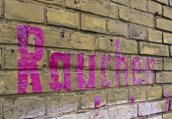 ziegelmauer mit aufschrift rauchen in