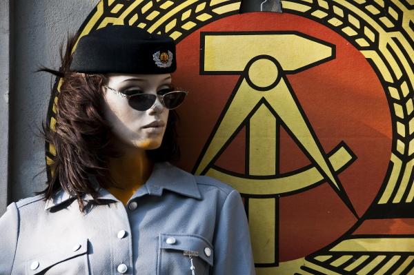 schaufensterpuppe mit uniform vor dem wappen
