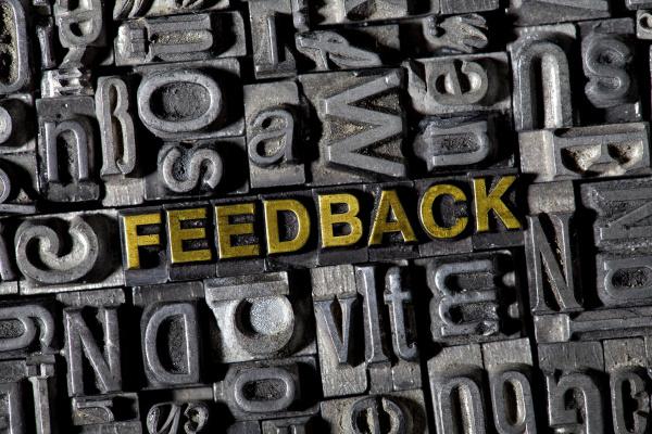alte bleilettern bilden das wort feedback