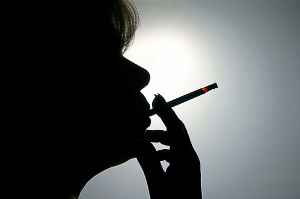 frau raucht zigarette silhouette