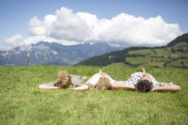 vater and children lying auf rueckseiten