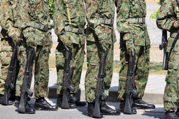 japanische bewaffnete marschsoldaten mit gewehr japan