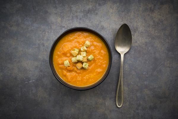 schuessel mit suesskartoffelcarottensuppe
