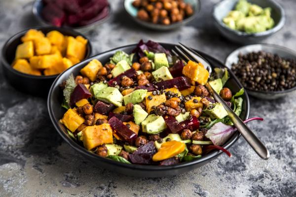 superfood salat avocado rote bete gebratene