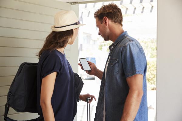 ehepaar nutzt online app zum buchen