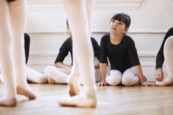 niedliches maedchen schaut auf ballerinas tanzen