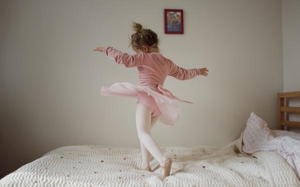 maedchen im ballett kostuem tanzen auf