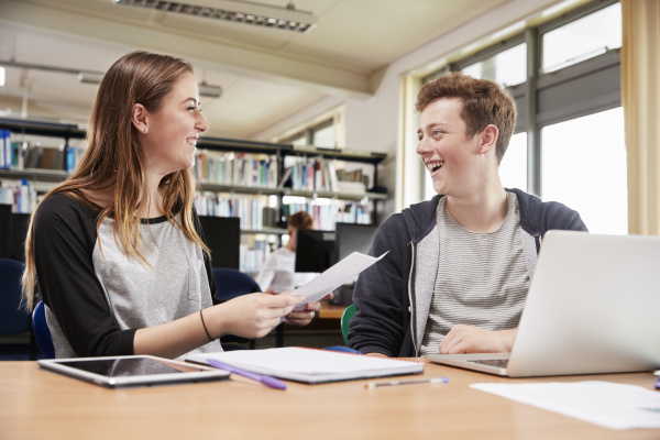 zwei studenten die am projekt in